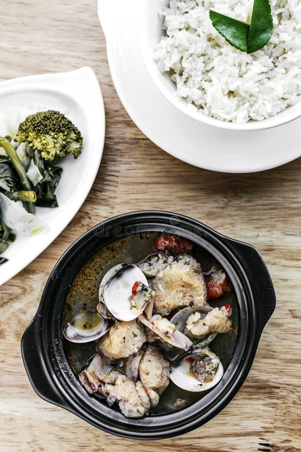 Le vongole tradizionali del pesce e la minestra portoghese dei frutti di mare misti mi stufano fotografie stock libere da diritti