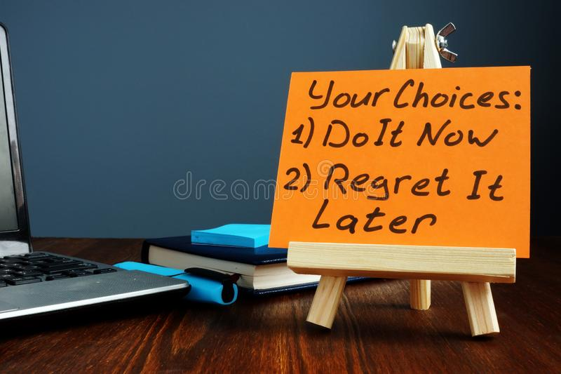 Le vostre scelte - ora faccialo o selo rammarichi più successivamente Citazione di motivazione fotografia stock