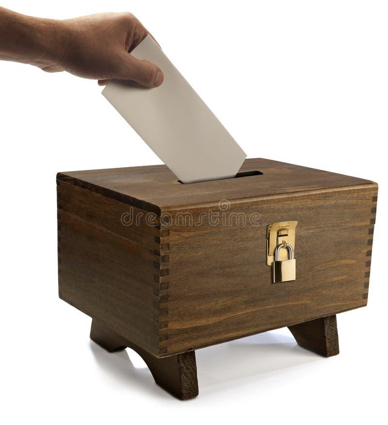 Le vote a moulé dans l'urne verrouillée photographie stock libre de droits