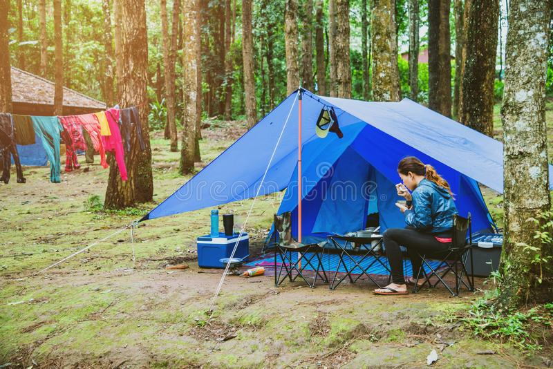Le voyage asiatique de femme d?tendent pendant les vacances Camper sur la montagne o en Tha?lande images libres de droits