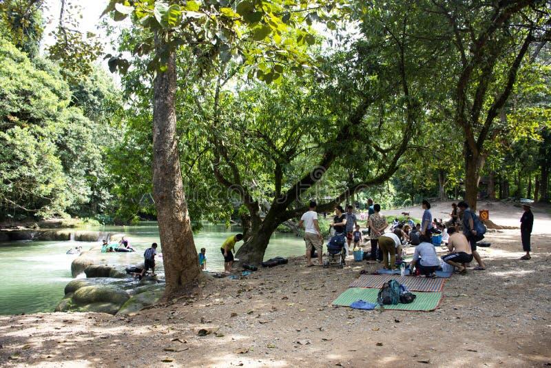 Le voyage d'étrangère de personnes thaïlandaises détendent et jouent la natation en petite cascade de Namtok Chet Sao Noi dans Sa photos libres de droits