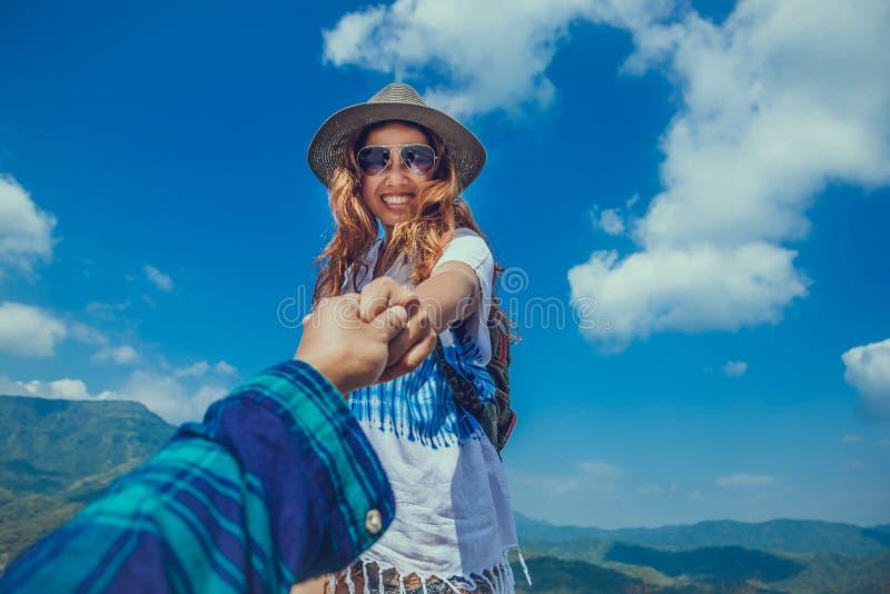 Le voyage d'Asiatiques de femmes et d'hommes d'amant d?tendent pendant les vacances Les amants marchent main dans la main la natu images libres de droits