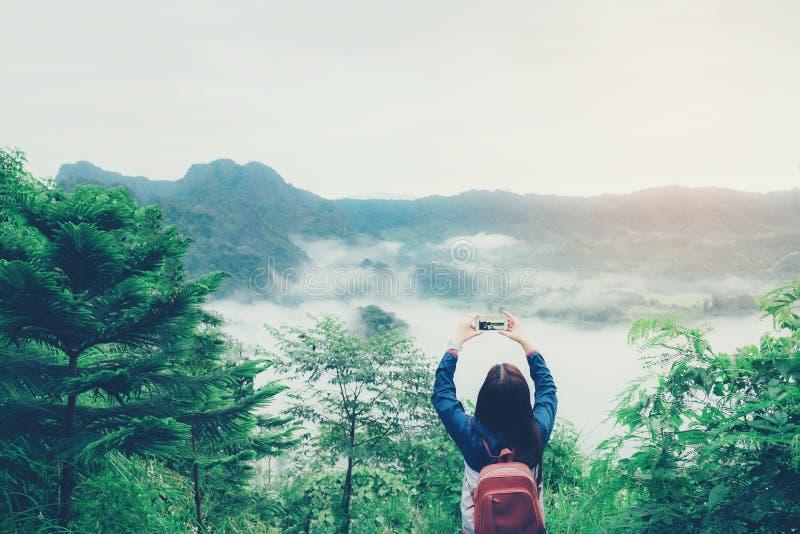 Le voyage de femme et ont le Mountain View de photo photo stock