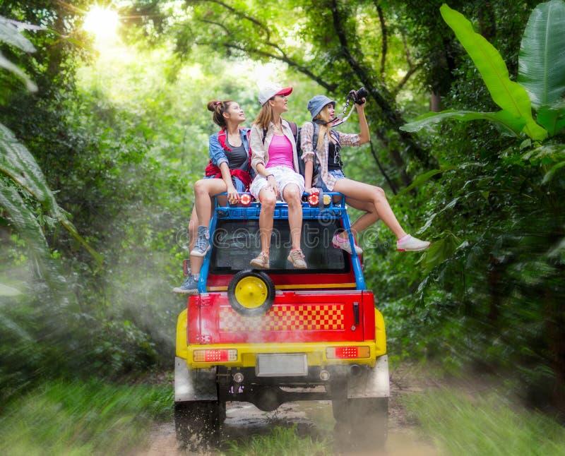 Le voyage de la dame asiatique avec la voiture 4WD chassent la route en Thaïlande sauvage photo libre de droits