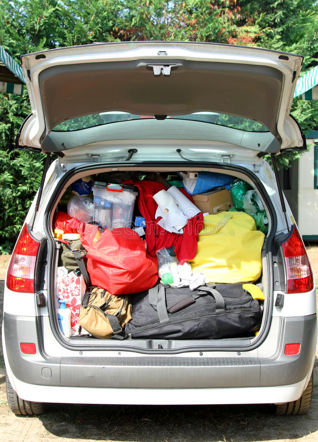 Le voyage met en sac dans le tronc de la voiture avant de partir photographie stock