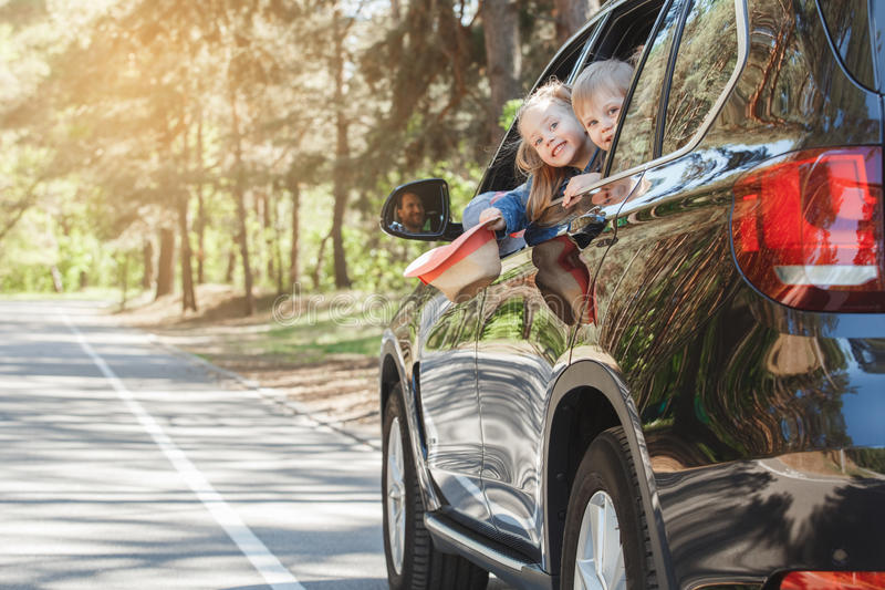 Le voyage par voyage de famille de voiture vacation ensemble photo stock