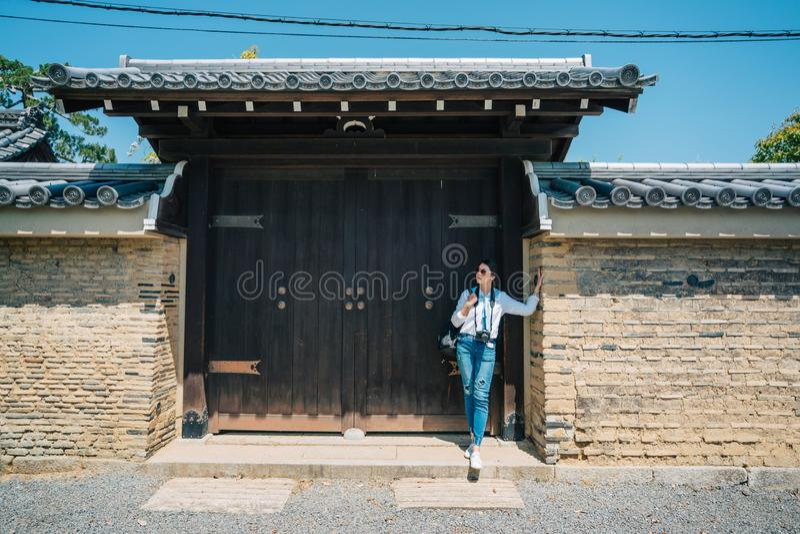 Le voyageur élégant comptent sur le mur en pierre image libre de droits