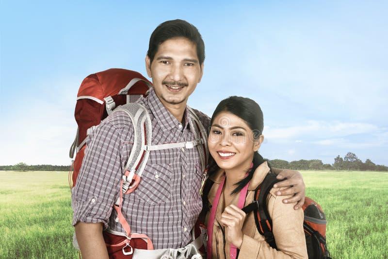 Le voyageur asiatique de sourire couplent détendre et apprécier le voyage photo stock