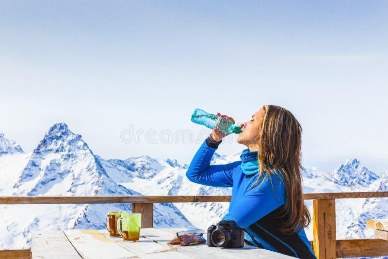 Le voyageur boit l'eau d'une bouteille image libre de droits
