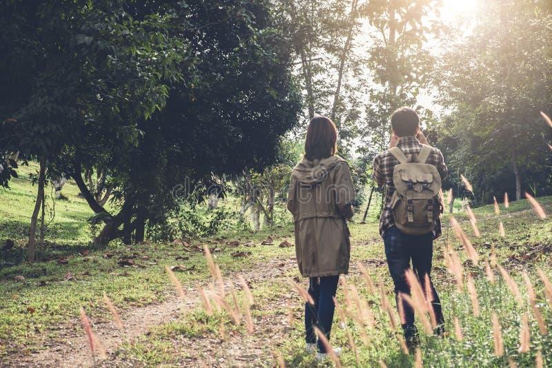 Le voyageur de deux jeunes avec le sac à dos, tiennent la carte détendant en le GR image libre de droits
