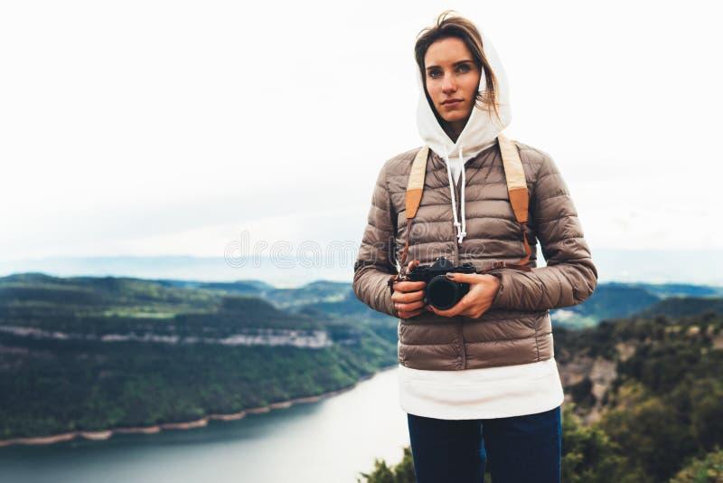 Le voyageur de photographe sur le dessus vert sur la montagne, regard de touristes apprécient le paysage panoramique de nature da photos stock