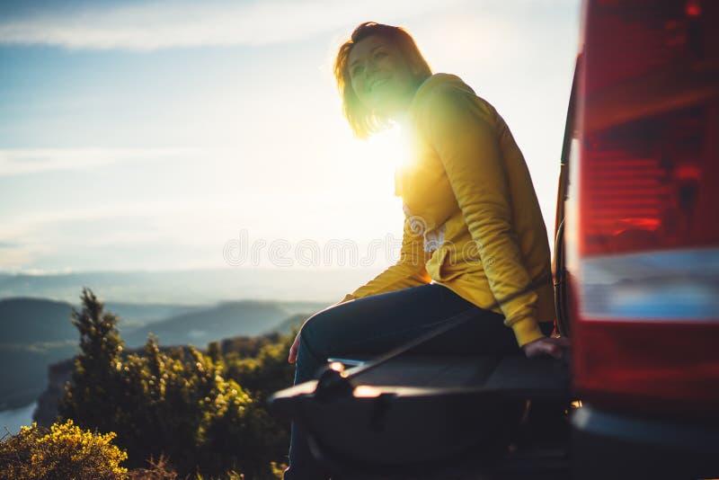 Le voyageur de touristes voyageant dans la voiture sur le dessus vert sur la montagne, jeune fille sourit heureusement contre le  images libres de droits