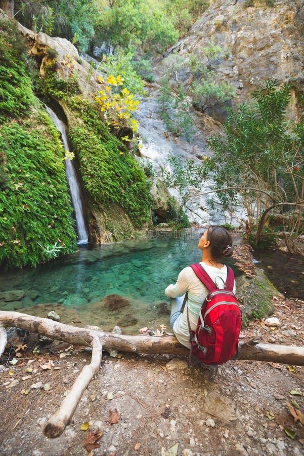 Le voyageur, femme admire la cascade photo stock