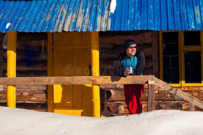 Le voyageur, homme sûr la tient sur le fond de photographie stock libre de droits