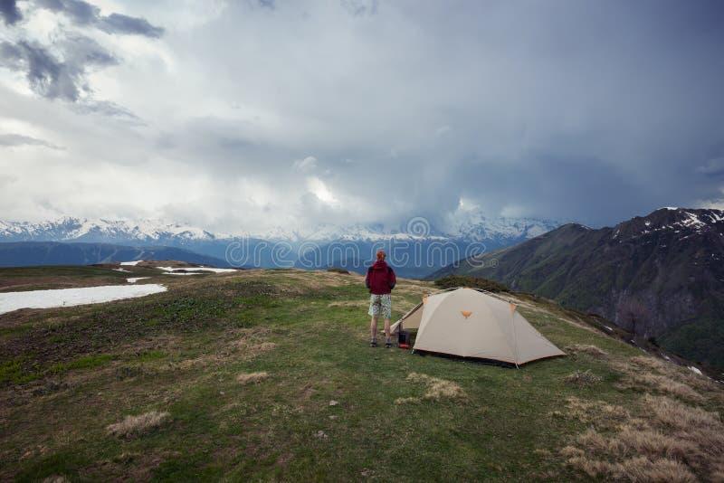Le voyageur observe le début d'un orage image libre de droits