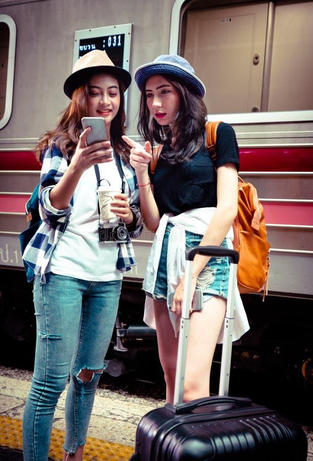 Le voyageur recherchent l'emplacement sur son mobile photographie stock
