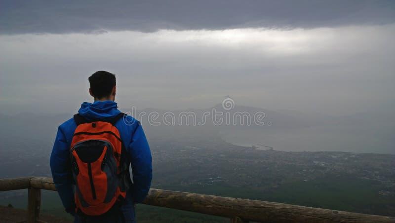 Le voyageur solitaire examine la distance photos stock