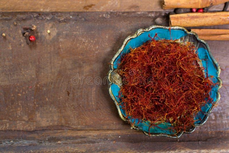 Le vrai rouge a séché l'épice de safran, ingrédient savoureux pour beaucoup de plats photographie stock libre de droits