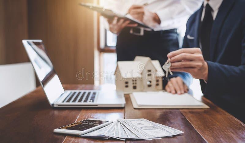 Le vrais agent immobilier et directeur commercial team l'évaluation d'analyse de ren photo libre de droits