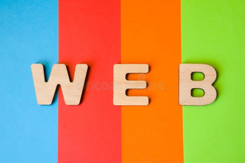 Le WEB de Word composé de lettres 3D est à l'arrière-plan de 4 couleurs : bleu, rouge, orange et vert Abréviation le World Wide W images libres de droits