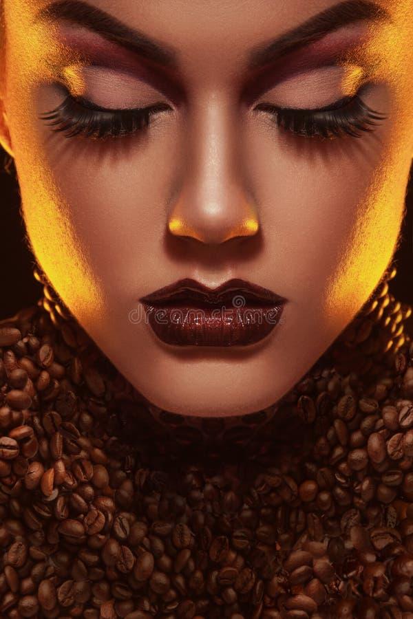 Le woma voluptueux avec le professionnel composent et les grains de café dans le St image libre de droits