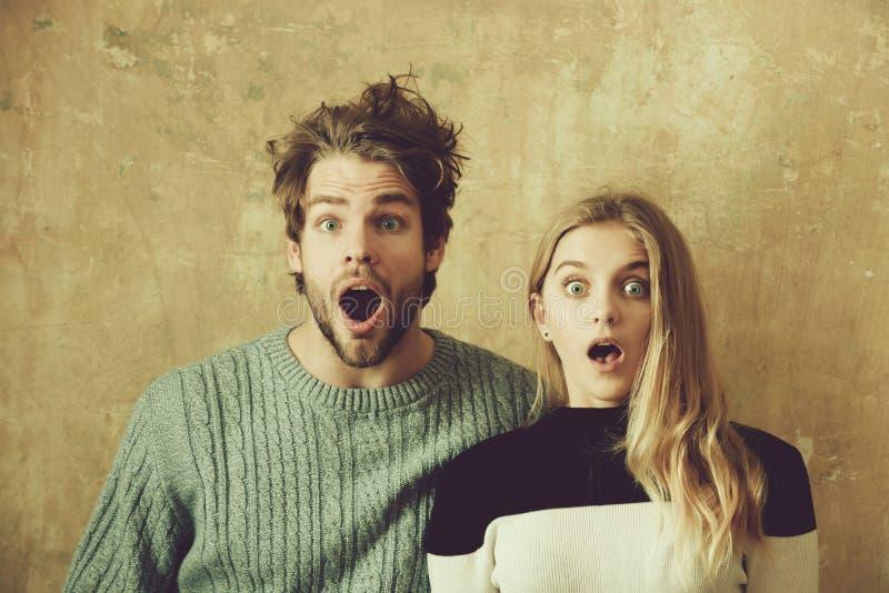 Le wow a étonné l'homme et la femme avec la bouche ouverte, jeune couple images libres de droits