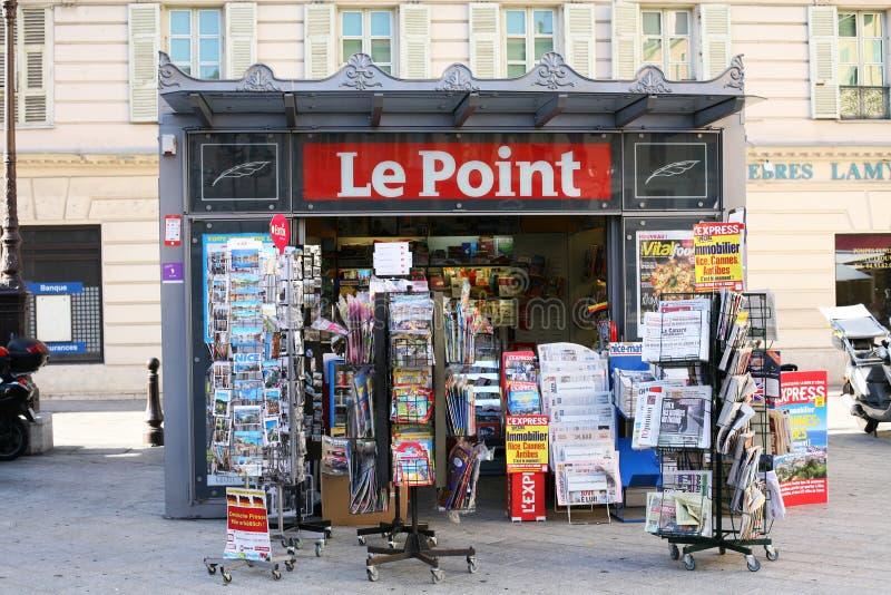 Le Wskazujący wiadomości agentów stojak w Ładnym Francja obrazy stock