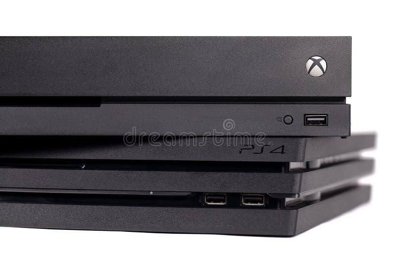Le XBOX One X de Microsoft et le Playstation de Sony 4 pro systèmes de jeu vidéo photographie stock libre de droits