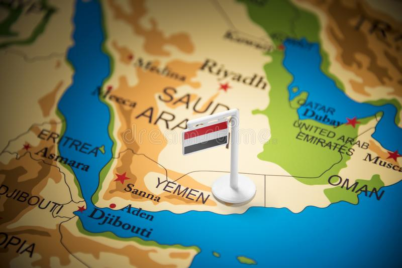 Le Yéménite a identifié par un drapeau sur la carte photos stock