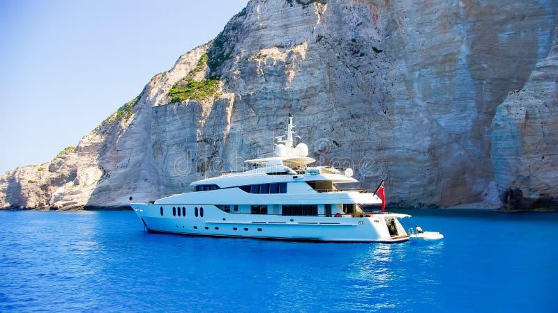 Le yacht blanc de luxe dirige dans la belle eau bleue près de Zaky photographie stock libre de droits