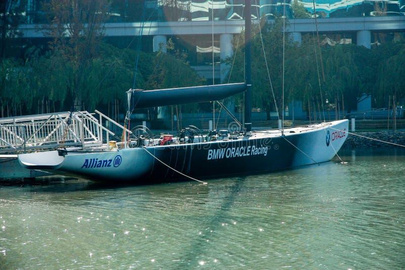 Le yacht d'emballage de BMW Oracle a amarré sur le lac près des sièges sociaux d'Oracle images stock