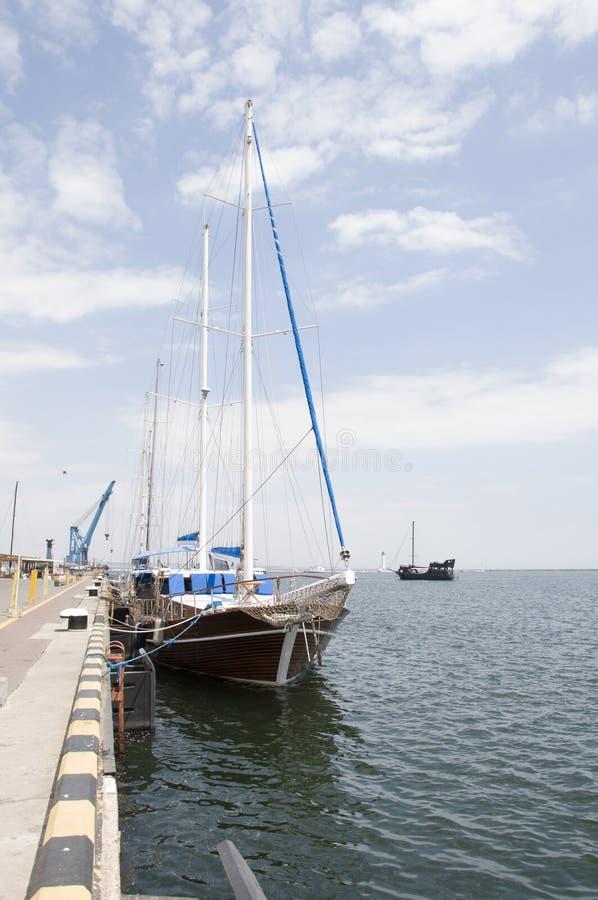 Le yacht d'océan est solidement amarré au pilier images libres de droits