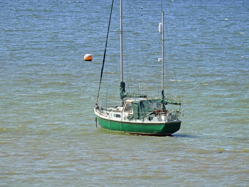 Le yacht de bateau d'île de trésor de crusoe de Robinson mâte la navigation de l'eau d'océan de voyage photo stock