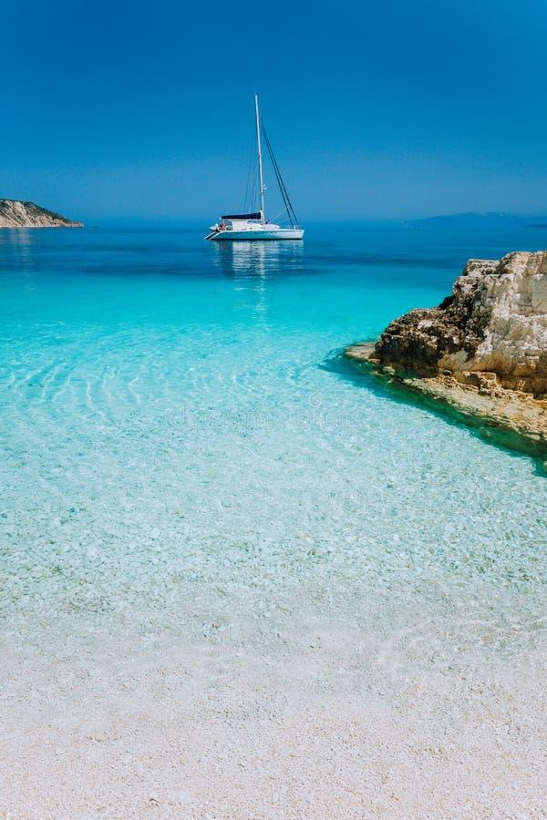 Le yacht de luxe de bateau a ancré dans une baie d'île tropicale images stock