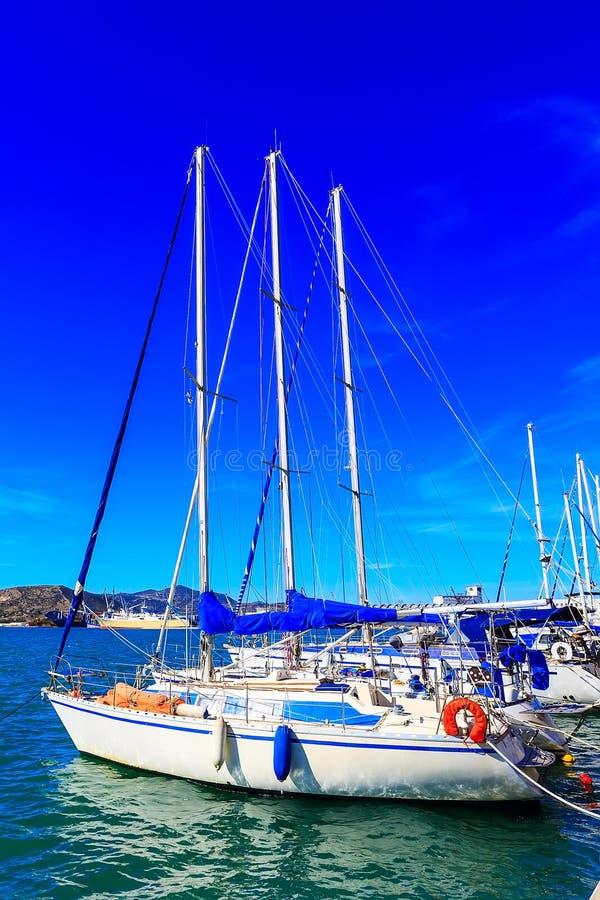 Le yacht de navigation a amarré dans le port de Volos, Grèce images libres de droits