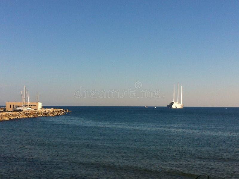 Le yacht de navigation en mer Méditerranée images stock