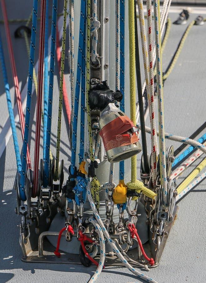 Le yacht de navigation raye le détail coloré de cordes photo stock