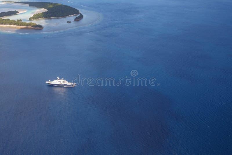 Le yacht méga blanc glisse parmi les îles tropicales dans l'océan pacifique images libres de droits