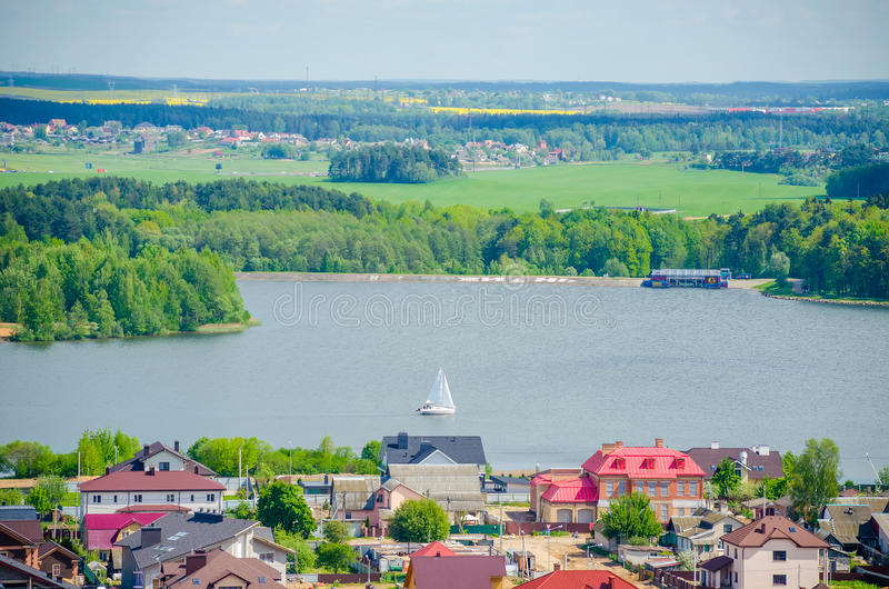 Le yacht navigue par grand Minsk pittoresque photos stock