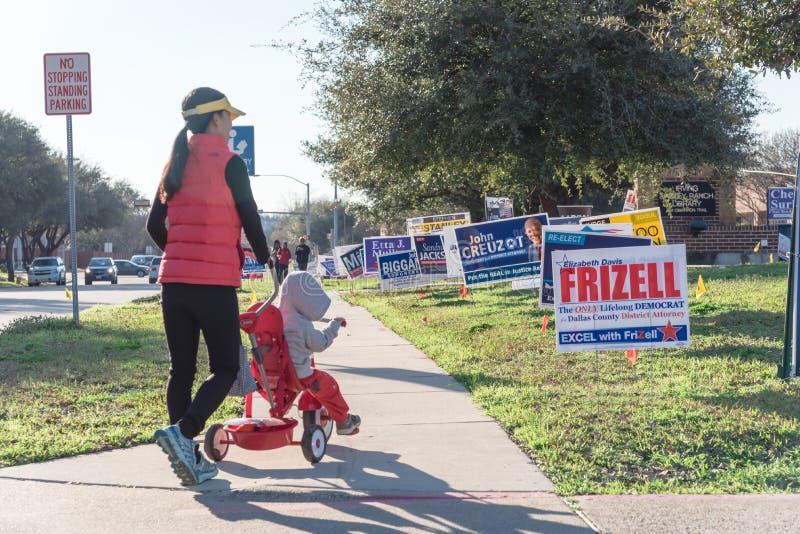 Le yard signe à la rue résidentielle pour le jour d'élection primaire dans dal photos libres de droits