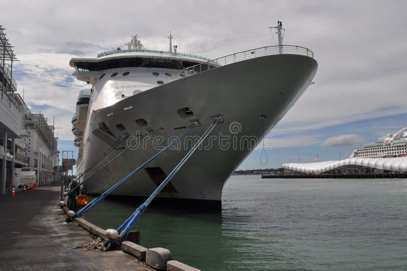 Le yatch de bateau de proue d'arc de bateau de croisière a amarré au dock photos libres de droits