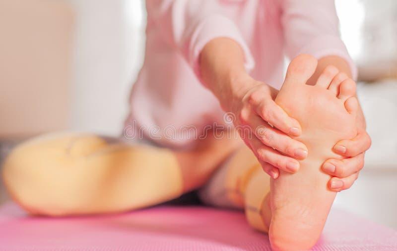 Le yoga de pratique de femme, se reposant dans la t?te au genou plient en avant l'exercice, pose de Janu Sirsasana photographie stock