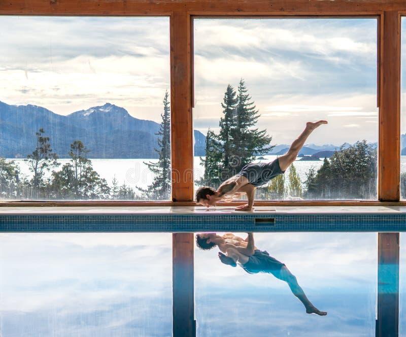 Le yoga pose par la piscine image stock