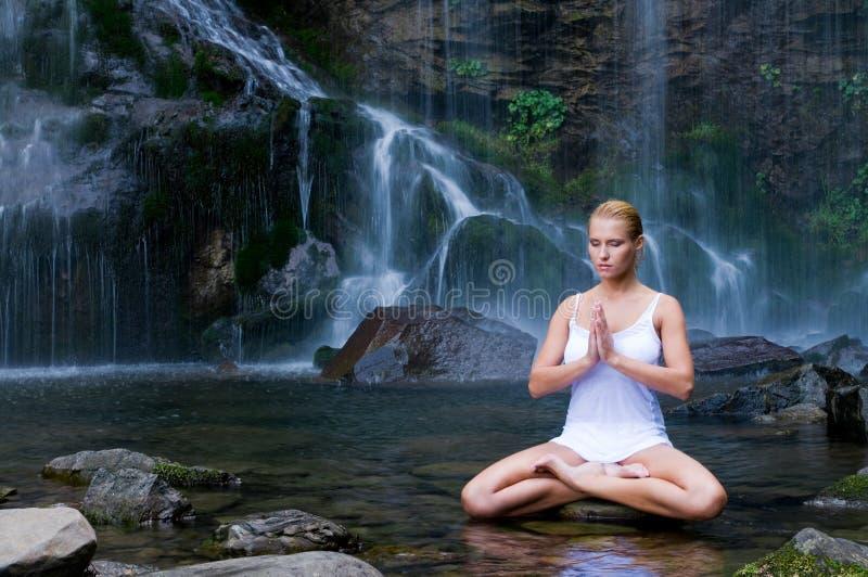 Le yoga s'exerce près de la cascade à écriture ligne par ligne photo libre de droits