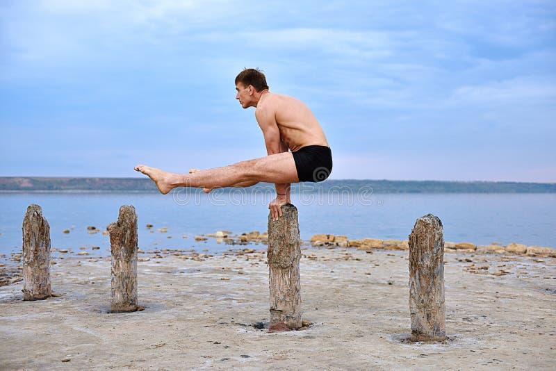 Le yogi d'homme fait un support sur ses mains photo libre de droits