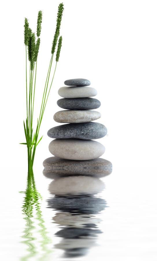 Le zen lapide près de l'eau photos stock