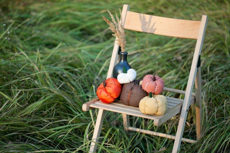 Le zucche raccolte decorano