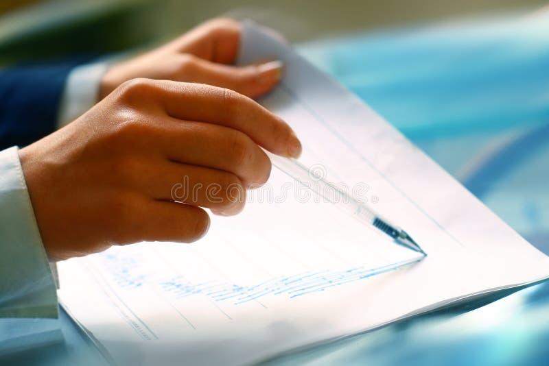 Lea el informe financiero foto de archivo