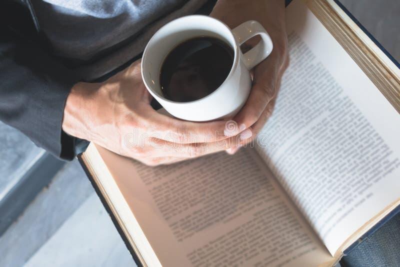 Lea un libro, café fotografía de archivo