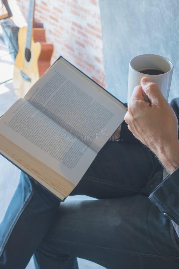 Lea un libro, goce foto de archivo libre de regalías